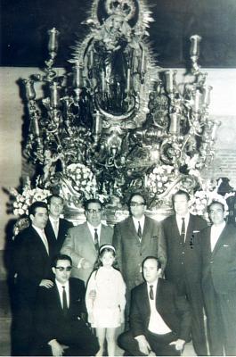 Hermanos ante el paso de la Stma. Virgen. Década de los 60